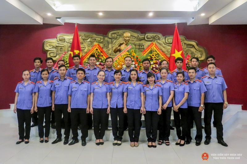 Chi đoàn TNCS Hồ Chí Minh VKSND tỉnh cùng Chi đoàn VKSND thành phố Huế và Chi đoàn VKSND huyện Phú Vang chụp ảnh lưu niệm trước tượng đài Chủ tịch Hồ Chí Minh