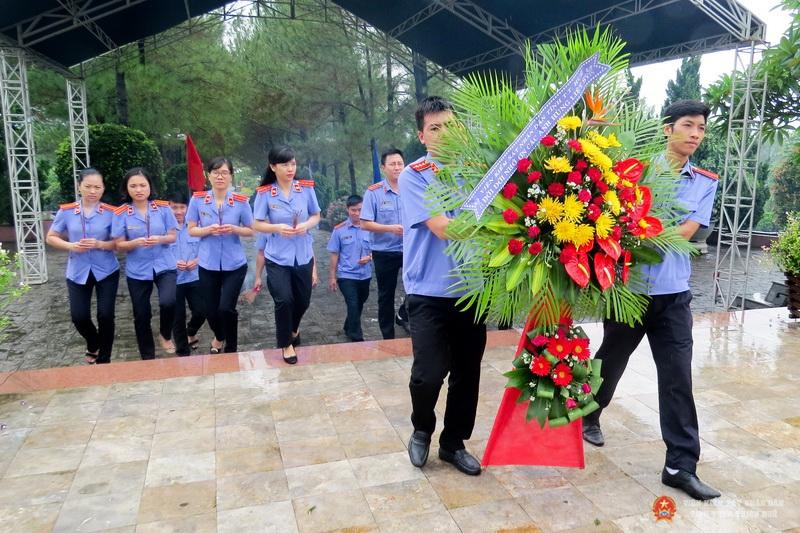 Đặt vòng hoa tưởng niệm tại Nghĩa trang liệt sĩ Thành phố Huế