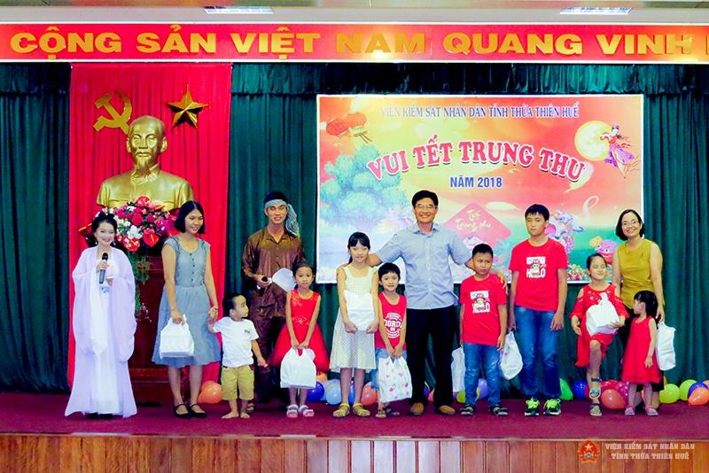 Đồng chí Nguyễn Thanh Hải - Phó Viện Trưởng phụ trách VKSND tỉnh trao quà trung thu cho các cháu