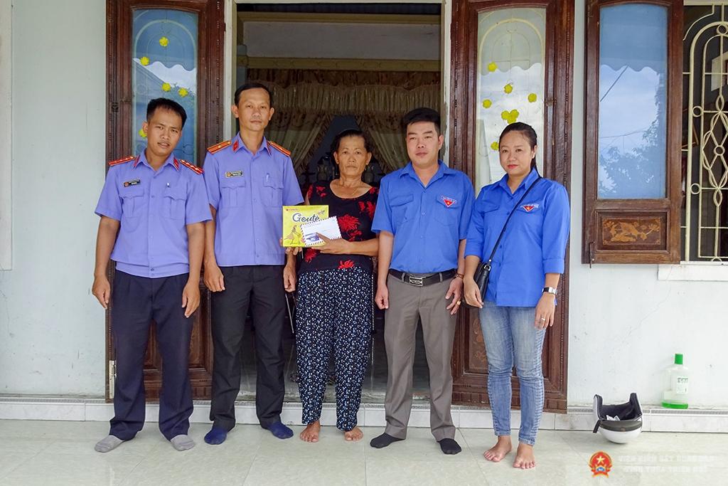 Các đoàn viên trong Chi đoàn trao quà, chụp ảnh lưu niệm với gia đình chính sách