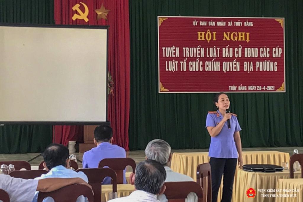 Báo cáo viên VKSND thị xã Hương Thủy thị xã phổ biến tuyên truyên Luật bầu cử